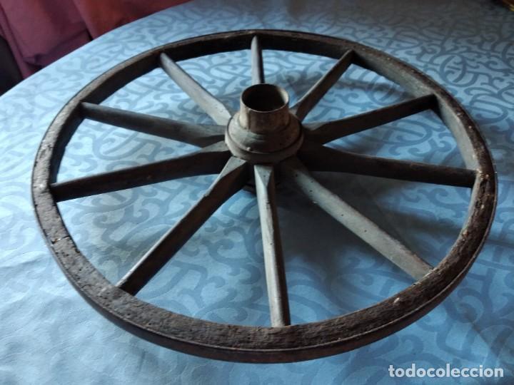 Antigüedades: Antigua rueda de carroza pequeña, con señales de haber sufrido infección. - Foto 3 - 234122270