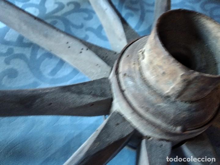 Antigüedades: Antigua rueda de carroza pequeña, con señales de haber sufrido infección. - Foto 4 - 234122270