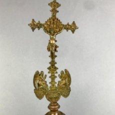 Antigüedades: S- ANTIGUA CRUZ NEOGOTICA DE ALTAR O CAPILLA EN BRONCE PP SG XIX. Lote 234135050