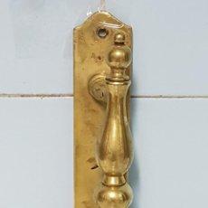Antigüedades: TIRADOR DE PUERTA DE BRONCE ANTIGUO. Lote 234352330