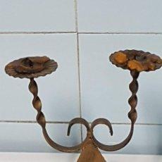 Antigüedades: CANDELABRO 2 BRAZOS VINTAGE DE FORJA. Lote 234354690
