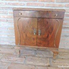 Antigüedades: MESITA DE NOCHE DE MADERA ANTIGUA AÑOS 40 APROX CON CUATRO TIRADORES IGUALES SIN CARCOMA.. Lote 234363375