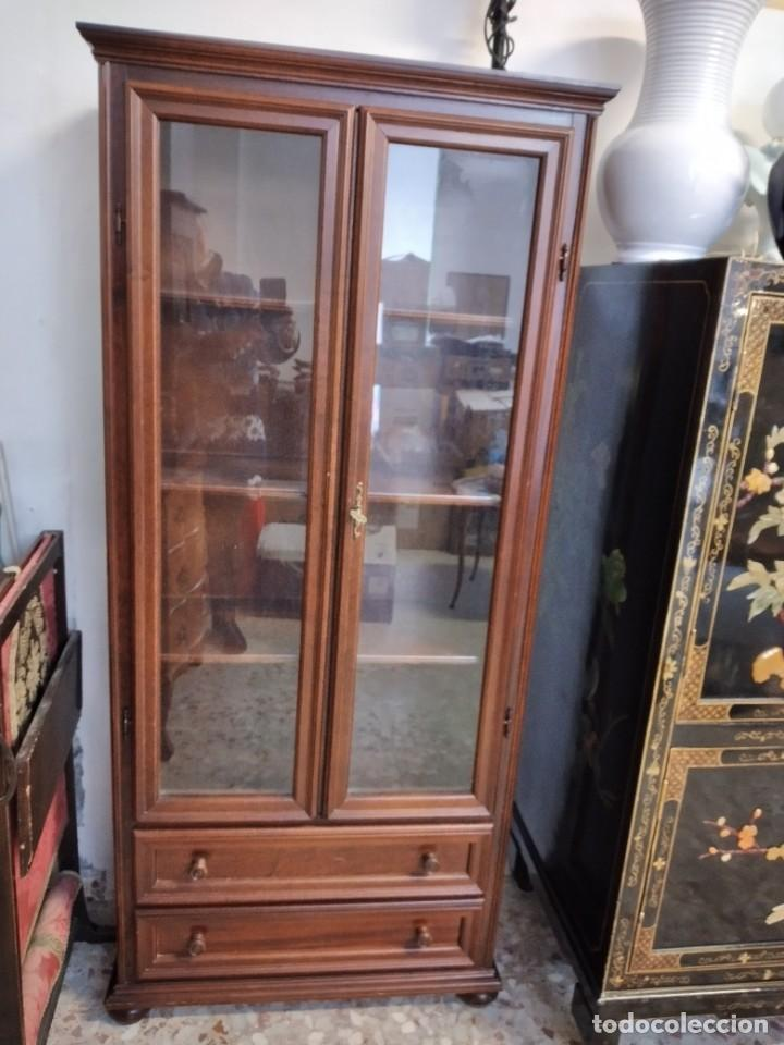 Antigüedades: Preciosa vitrina de madera noble, con 2 cajones y llave original. - Foto 2 - 234399100