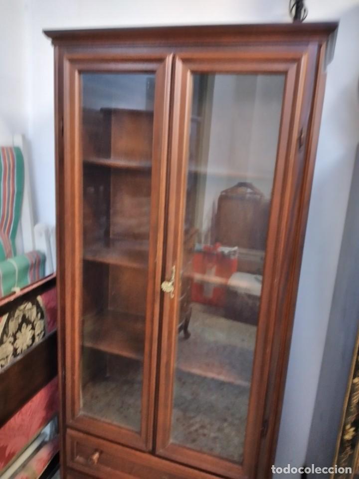 Antigüedades: Preciosa vitrina de madera noble, con 2 cajones y llave original. - Foto 3 - 234399100