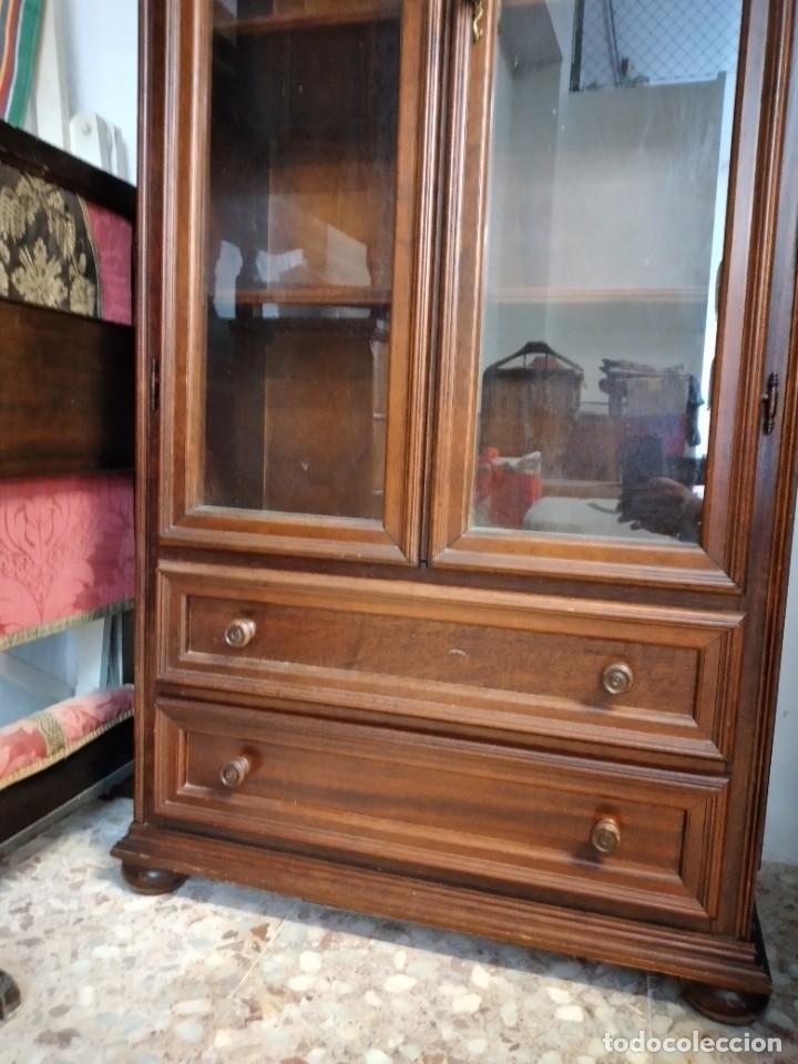 Antigüedades: Preciosa vitrina de madera noble, con 2 cajones y llave original. - Foto 4 - 234399100