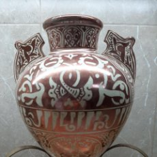 Antigüedades: FAJALAUZA, PRECIOSO Y ANTIGUO JARRON VIDRIDADO CON GACELAS, CANTARO DE LOZA DORADA 32 X 22. II.. Lote 234401145