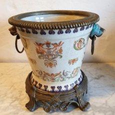 Antigüedades: MACETEROEN PORCELANA Y BRONCE SELLO ADELE CAREY. Lote 234463630