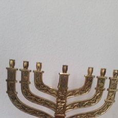 Antigüedades: PRECIOSO Y GRANDE CANDELADO DE 7VELA PARA SETE DIA SELADO JEUSALEM EN RELIEVO EN METAL FORJA DORADO. Lote 234505130