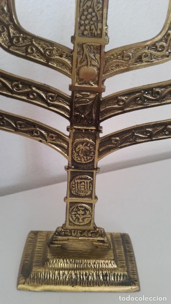 Antigüedades: PRECIOSO Y GRANDE CANDELADO DE 7VELA PARA SETE DIA SELADO JEUSALEM EN RELIEVO EN METAL FORJA DORADO - Foto 4 - 234505130