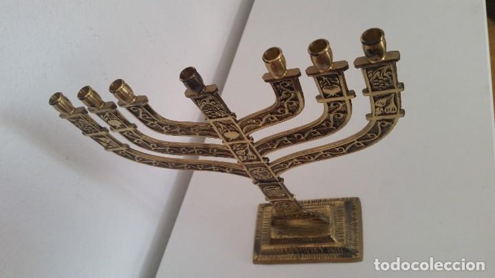 Antigüedades: PRECIOSO Y GRANDE CANDELADO DE 7VELA PARA SETE DIA SELADO JEUSALEM EN RELIEVO EN METAL FORJA DORADO - Foto 5 - 234505130
