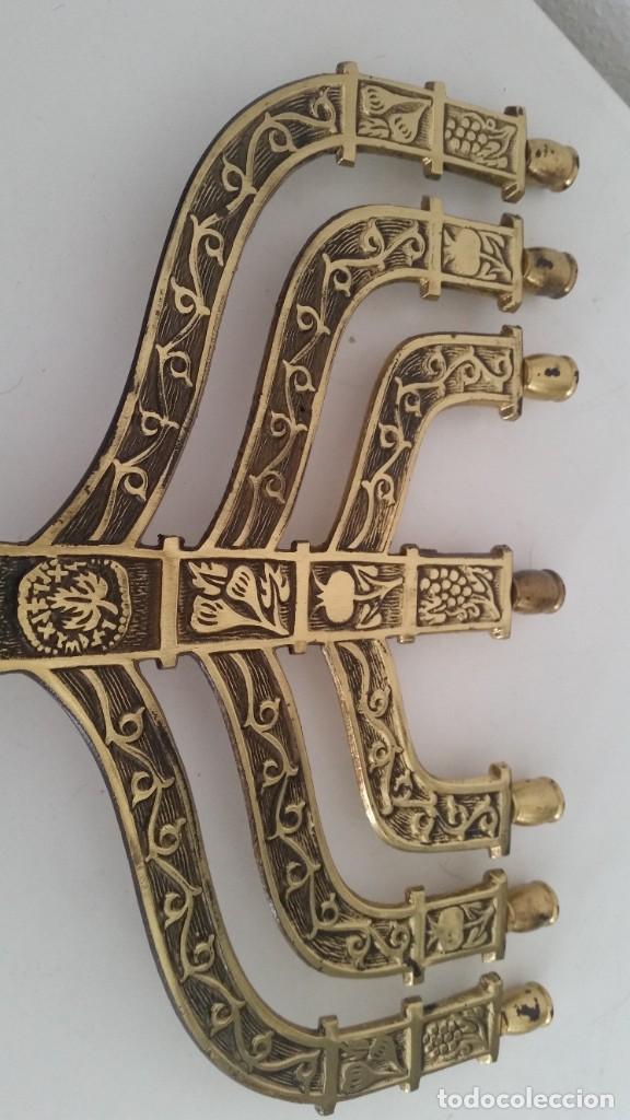 Antigüedades: PRECIOSO Y GRANDE CANDELADO DE 7VELA PARA SETE DIA SELADO JEUSALEM EN RELIEVO EN METAL FORJA DORADO - Foto 8 - 234505130
