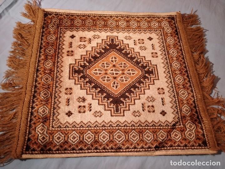 Antigüedades: PEQUEÑA ALFOMBRA FELPUDO DE LANA FINA .TONOS beige y marrón ,REMATADO A MAQUINA - Foto 2 - 234551005
