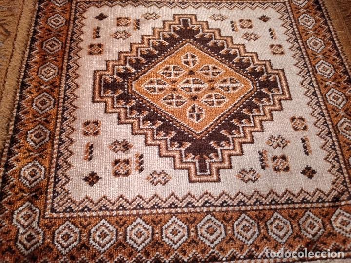 Antigüedades: PEQUEÑA ALFOMBRA FELPUDO DE LANA FINA .TONOS beige y marrón ,REMATADO A MAQUINA - Foto 3 - 234551005
