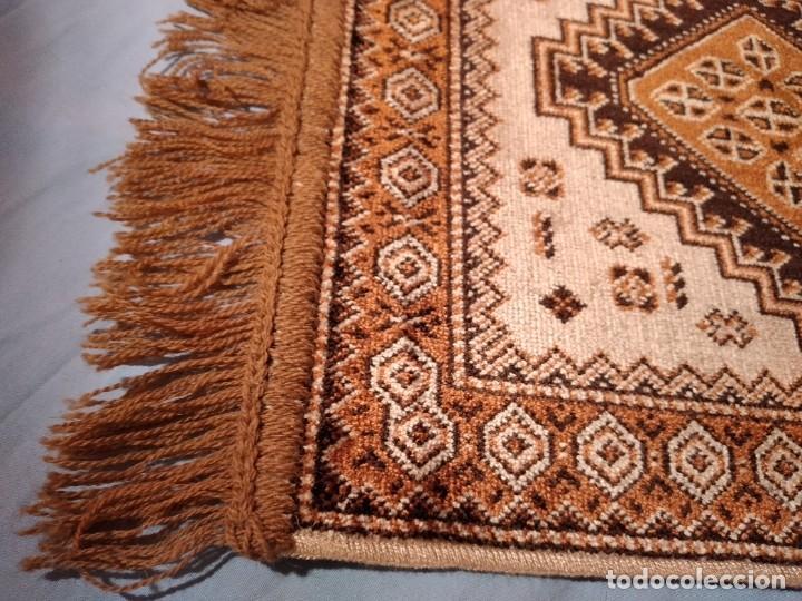 Antigüedades: PEQUEÑA ALFOMBRA FELPUDO DE LANA FINA .TONOS beige y marrón ,REMATADO A MAQUINA - Foto 4 - 234551005