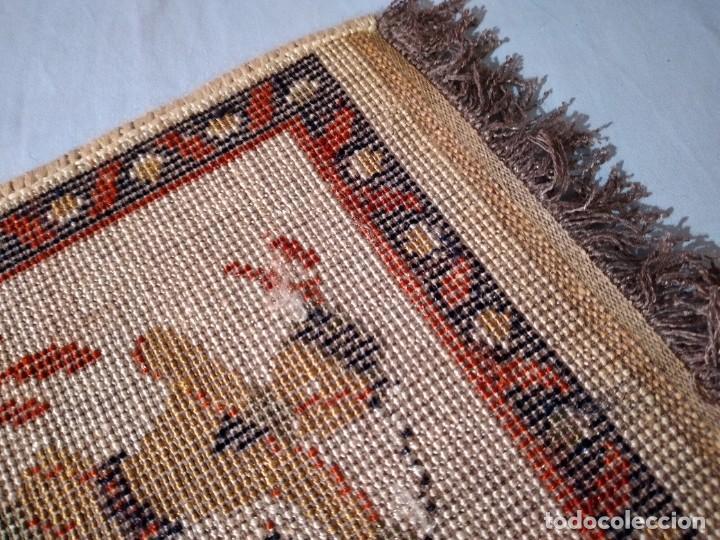 Antigüedades: PEQUEÑA ALFOMBRA FELPUDO DE LANA .TONOS blanco roto con imagen de caballero ,REMATADO A MAQUINA - Foto 7 - 234551555