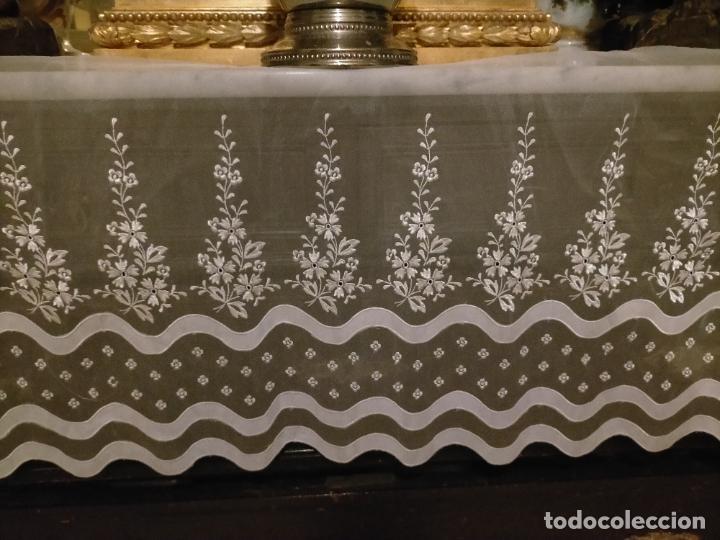 Antigüedades: 260x38 cm precioso encaje paño altar gasa bordada floral aplicaciones raso blanco iglesia virgen lee - Foto 3 - 234552950
