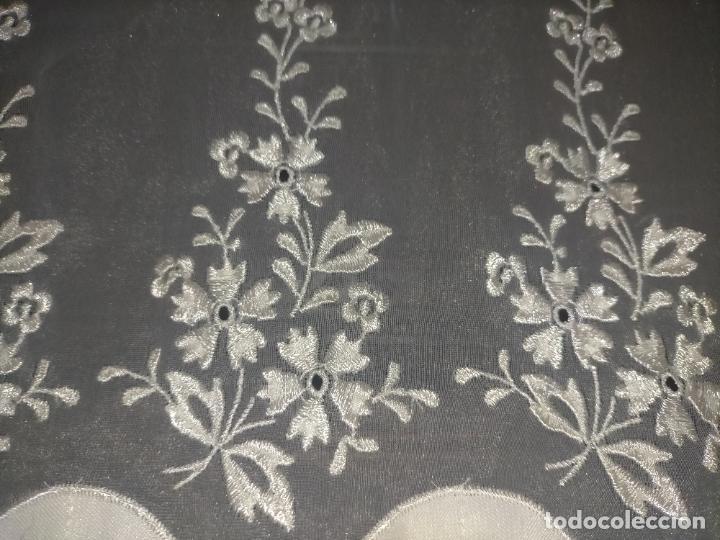 Antigüedades: 260x38 cm precioso encaje paño altar gasa bordada floral aplicaciones raso blanco iglesia virgen lee - Foto 5 - 234552950