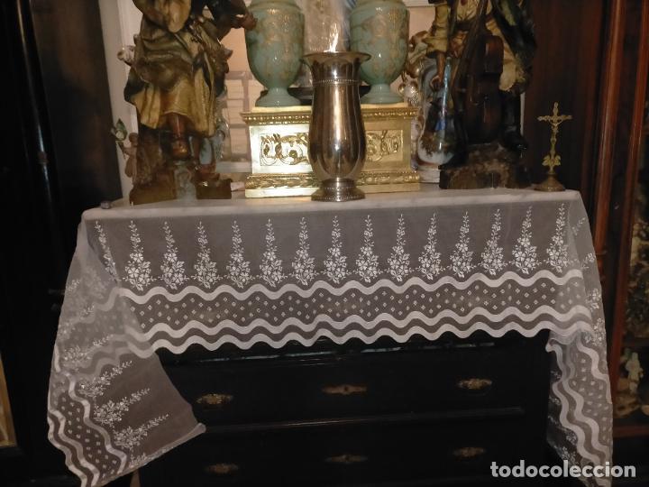 Antigüedades: 260x38 cm precioso encaje paño altar gasa bordada floral aplicaciones raso blanco iglesia virgen lee - Foto 9 - 234552950