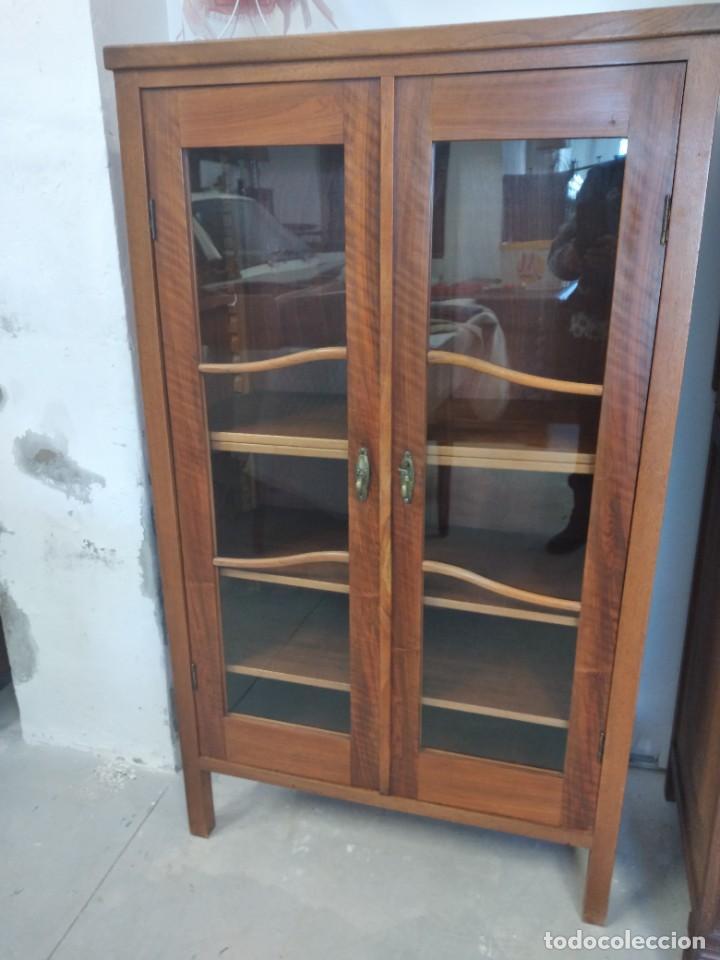 Antigüedades: Antigua vitrina de madera de roble con llave original. - Foto 2 - 234570150