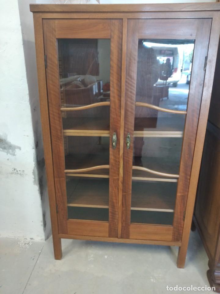 Antigüedades: Antigua vitrina de madera de roble con llave original. - Foto 3 - 234570150