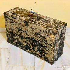 Antiguidades: MALETA ANTIGUA DE MADERA CON CANDADO. Lote 234605965