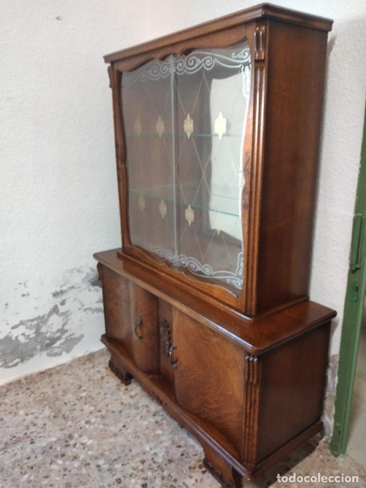 Antigüedades: Antigua vitrina de madera de cerezo silvestre, puertas correderas de cristal y 2 puertas de barriga. - Foto 2 - 234616800