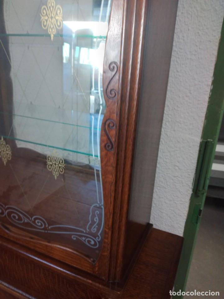 Antigüedades: Antigua vitrina de madera de cerezo silvestre, puertas correderas de cristal y 2 puertas de barriga. - Foto 13 - 234616800