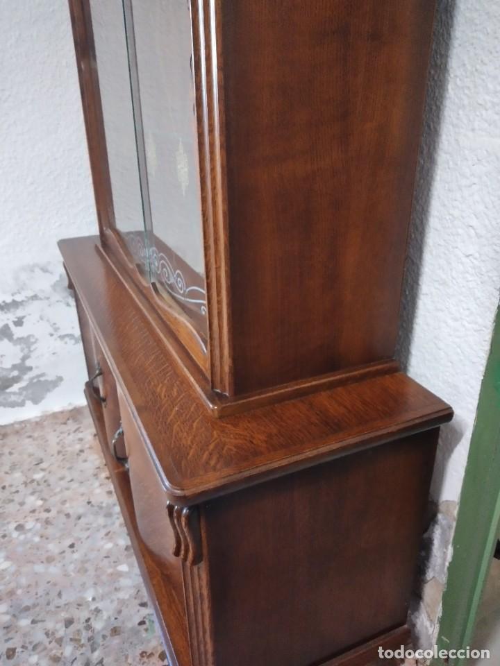Antigüedades: Antigua vitrina de madera de cerezo silvestre, puertas correderas de cristal y 2 puertas de barriga. - Foto 15 - 234616800