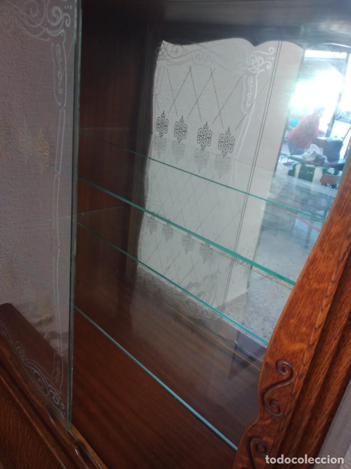 Antigüedades: Antigua vitrina de madera de cerezo silvestre, puertas correderas de cristal y 2 puertas de barriga. - Foto 16 - 234616800