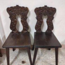 Antigüedades: LOTE DE 2 ANTIGUAS SILLAS DE MADERA RESPALDO TALLADO, AÑOS 20/30. Lote 234618105