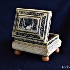 Antigüedades: HERMOSA CAJA TALLADA EN HUESO CON MUCHO DETALLE. Lote 234629185