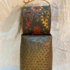 Antigüedades: CENCERRO GRANDE CON BONITAS DECORACIONES SUENA BASTANTE. Lote 234642175