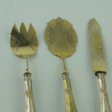 Antigüedades: JUEGO DE CUBERTERIA PARA SERVIR METAL PLATEADO OBJETOS DE DECORACION. Lote 234658105