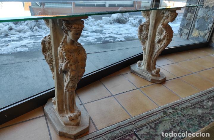 CURIOSA MÉNSULA - ESFINGES DE TERRACOTA - SOBRE CRISTAL BISELADO - DECORATIVA CONSOLA, MESA (Antigüedades - Muebles Antiguos - Ménsulas Antiguas)