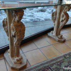 Antigüedades: CURIOSA MÉNSULA - ESFINGES DE TERRACOTA - SOBRE CRISTAL BISELADO - DECORATIVA CONSOLA, MESA. Lote 234692945