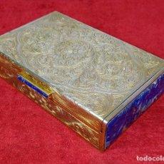 Antigüedades: CAJA JOYERO. PLATA VERMEIL. DECORACIÓN CINCELADA. CON PUNZONES. LAPISLÁZULI. ITALIA (?). 1961. Lote 234694035