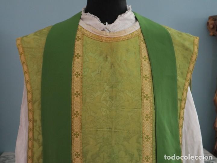 Antigüedades: Casulla de seda ornamentada con damascos en motivos religiosos. Pps. S. XX. - Foto 2 - 234764015