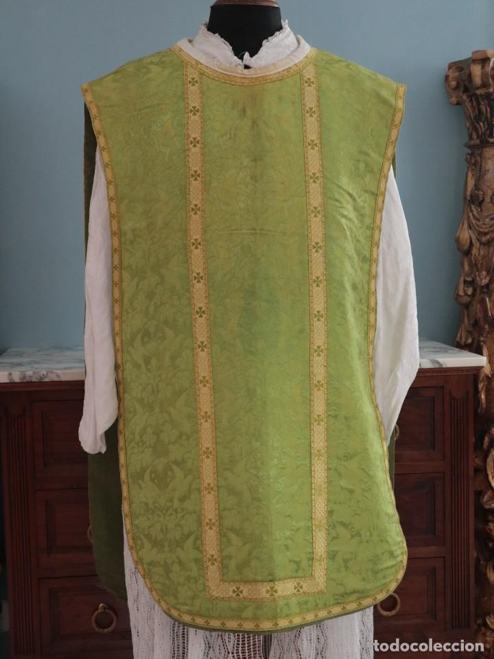 Antigüedades: Casulla de seda ornamentada con damascos en motivos religiosos. Pps. S. XX. - Foto 3 - 234764015