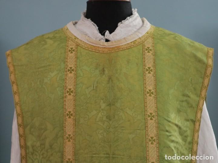 Antigüedades: Casulla de seda ornamentada con damascos en motivos religiosos. Pps. S. XX. - Foto 4 - 234764015