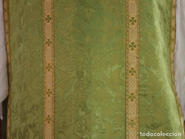 Antigüedades: Casulla de seda ornamentada con damascos en motivos religiosos. Pps. S. XX. - Foto 5 - 234764015
