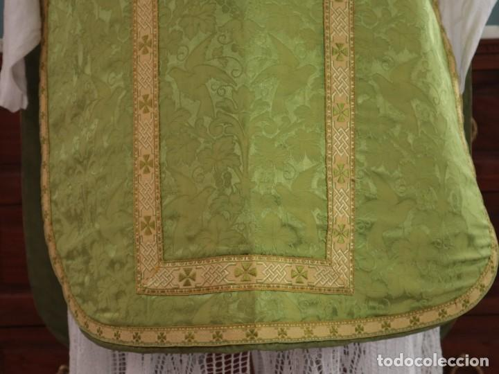 Antigüedades: Casulla de seda ornamentada con damascos en motivos religiosos. Pps. S. XX. - Foto 6 - 234764015