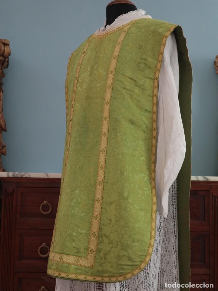 Antigüedades: Casulla de seda ornamentada con damascos en motivos religiosos. Pps. S. XX. - Foto 7 - 234764015