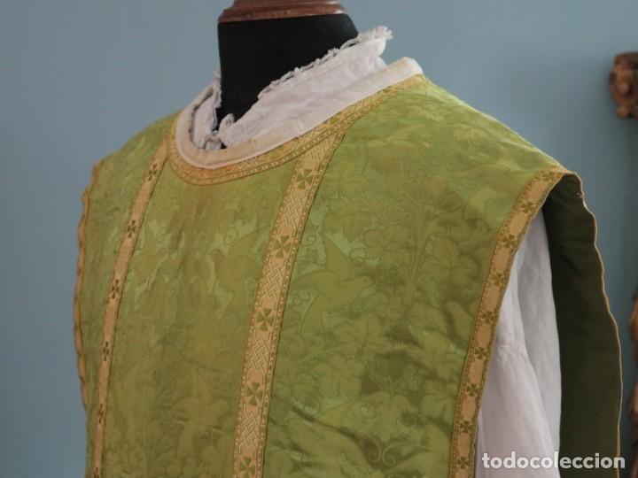 Antigüedades: Casulla de seda ornamentada con damascos en motivos religiosos. Pps. S. XX. - Foto 8 - 234764015