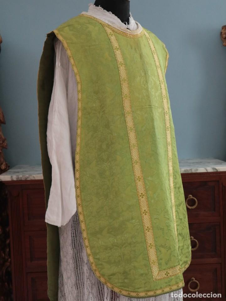 Antigüedades: Casulla de seda ornamentada con damascos en motivos religiosos. Pps. S. XX. - Foto 9 - 234764015