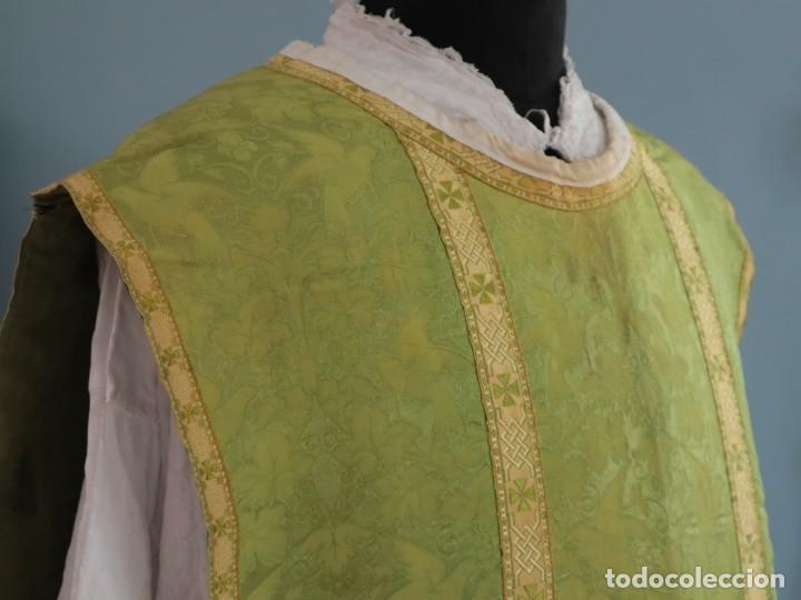 Antigüedades: Casulla de seda ornamentada con damascos en motivos religiosos. Pps. S. XX. - Foto 10 - 234764015
