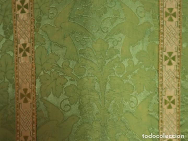 Antigüedades: Casulla de seda ornamentada con damascos en motivos religiosos. Pps. S. XX. - Foto 11 - 234764015