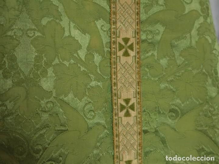 Antigüedades: Casulla de seda ornamentada con damascos en motivos religiosos. Pps. S. XX. - Foto 12 - 234764015