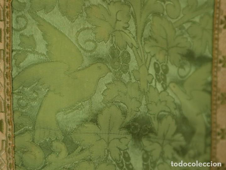 Antigüedades: Casulla de seda ornamentada con damascos en motivos religiosos. Pps. S. XX. - Foto 13 - 234764015