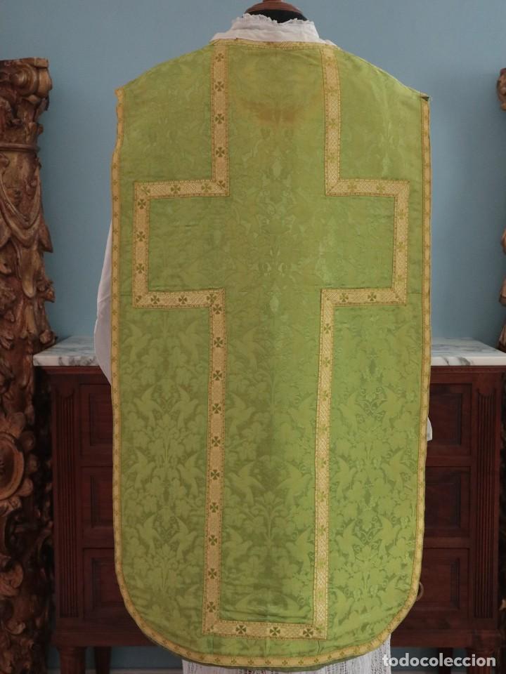 Antigüedades: Casulla de seda ornamentada con damascos en motivos religiosos. Pps. S. XX. - Foto 14 - 234764015