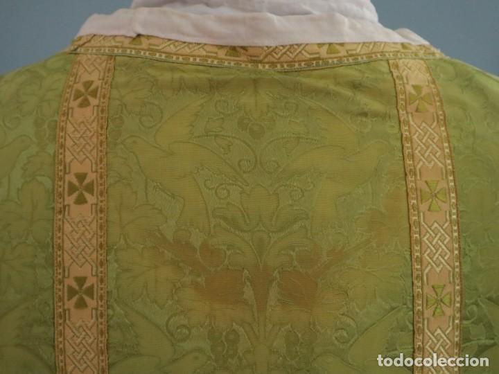 Antigüedades: Casulla de seda ornamentada con damascos en motivos religiosos. Pps. S. XX. - Foto 15 - 234764015